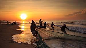 Фотографии Побережье Рассвет и закат Азиатка Волны Ловля рыбы Работа Природа