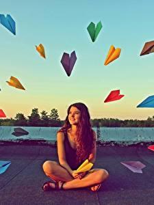 Картинка Оригинальные Сидящие Разноцветные paper airplanes девушка