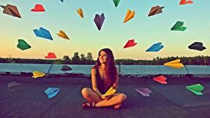 Картинка Оригинальные Сидящие Разноцветные paper airplanes молодая женщина