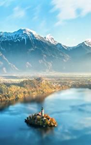 Обои для рабочего стола Словения Рассвет и закат Горы Остров Пейзаж Тумане Сверху Lake Bled Природа