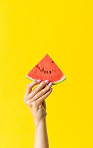 Обои Пальцы Арбузы Цветной фон Рука Кусочки Еда