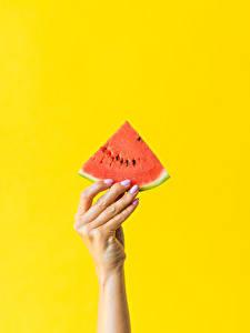 Обои для рабочего стола Пальцы Арбузы Цветной фон Рука Кусочки Еда