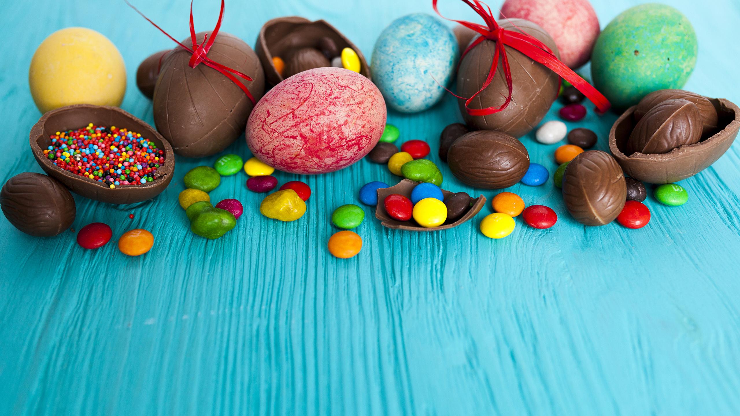 Фото Пасха Яйца Шоколад Конфеты Пища Сладости 2560x1440 Еда Продукты питания