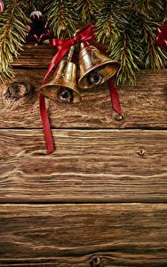 Обои Новый год Доски Ветки Колокольчики Шар Бантик Шаблон поздравительной открытки