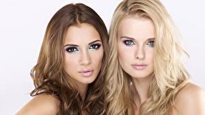 Обои Макияж Шатенки Блондинки Двое Смотрит Волос Красивая молодые женщины