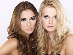 Обои Макияж Шатенка Блондинка Двое Смотрит Волосы Красивые Девушки