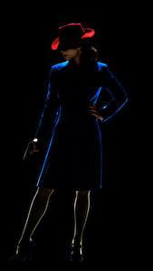 Картинки Пистолеты Агент Картер Черный фон Шляпа Peggy Carter (Hayley Atwell) Кино Девушки
