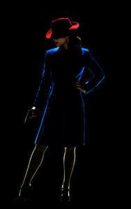 Картинки Пистолетом Агент Картер На черном фоне Шляпе Peggy Carter (Hayley Atwell) кино Девушки