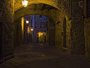 Картинки Италия Дома Вечер Улиц Уличные фонари Viterbo Lazio Города