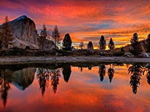 Картинки Италия Рассветы и закаты Озеро Дерево Утес Отражении Lago Di Limides, Veneto, Dolomites Alps Природа