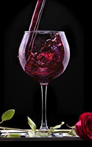 Картинки Вино Роза На черном фоне Бокалы Красный Пища Цветы