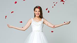 Обои Серый фон Шатенки Невеста Улыбка Платье Лепестки молодые женщины