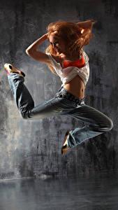 Фотография Рыжая Танцы В прыжке Улыбка Ног Джинсов девушка