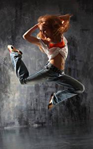 Фотография Рыжая Танцы Прыжок Улыбка Ноги Джинсы Девушки