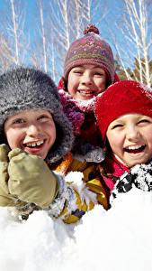 Картинка Зимние Снег Втроем Улыбка Шапки Смех Счастливые Дети