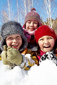 Картинка Зимние Снега Втроем Улыбается Шапка Смеются Счастливая Дети