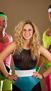 Фото Фитнес Мужчины Втроем Блондинка Униформа Улыбка Спорт Девушки