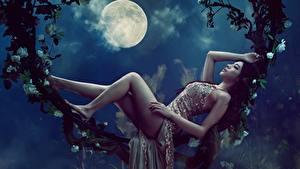 Обои Азиаты Луной Ночные Лежачие Ноги Красивая Платье Фотомодель Позирует