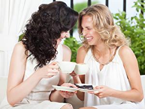 Фотографии Напитки Две Смеется Чашка девушка