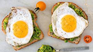 Фото Бутерброды Хлеб Помидоры Двое Яичница Завтрак