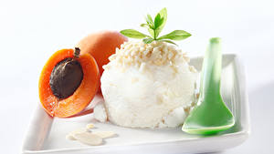 Картинка Сладости Мороженое Абрикос Белый фон Шар Ложка