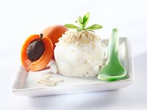 Картинка Сладости Мороженое Абрикос Белый фон Шар Ложка Еда