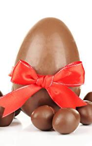 Обои Сладкая еда Шоколад Пасха Белым фоном Яиц Бант