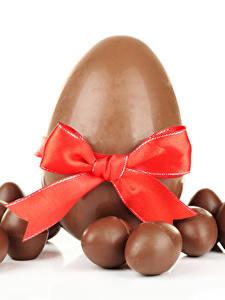 Обои Сладости Шоколад Пасха Белый фон Яиц Бантик Еда