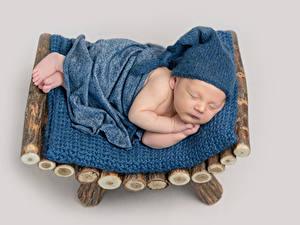 Фото Цветной фон Грудной ребёнок Спят В шапке Дети