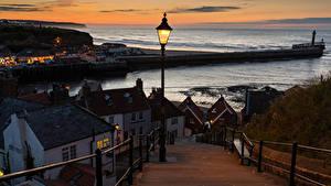 Картинки Англия Дома Реки Вечер Лестницы Забор Уличные фонари Whitby Города