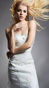 Фото Серый фон Блондинка Невеста Платье Руки Девушки