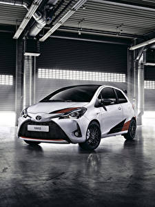 Обои Toyota Белых Металлик 2017 Yaris GRMN автомобиль