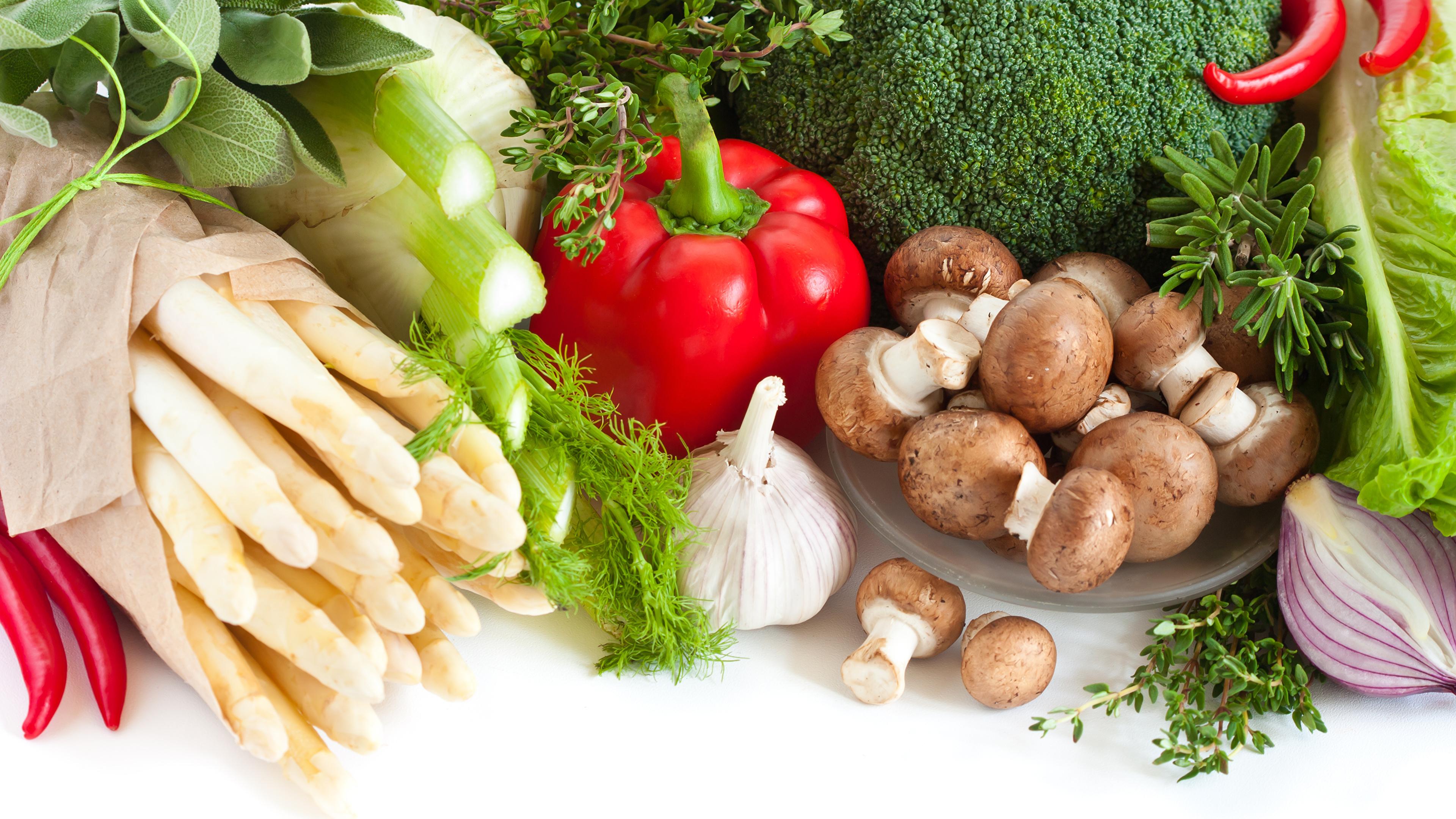 Фотография Еда Грибы Чеснок Овощи белом фоне перец овощной Шампиньоны двуспоровые 3840x2160 Пища Продукты питания Перец Белый фон белым фоном