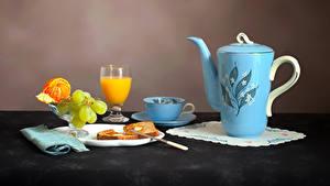 Обои Натюрморт Чайник Сок Виноград Мандарины Хлеб Чашка Бокалы Тарелка Продукты питания