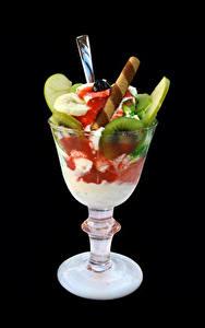 Картинка Сладкая еда Мороженое Фрукты Черный фон Бокалы Еда