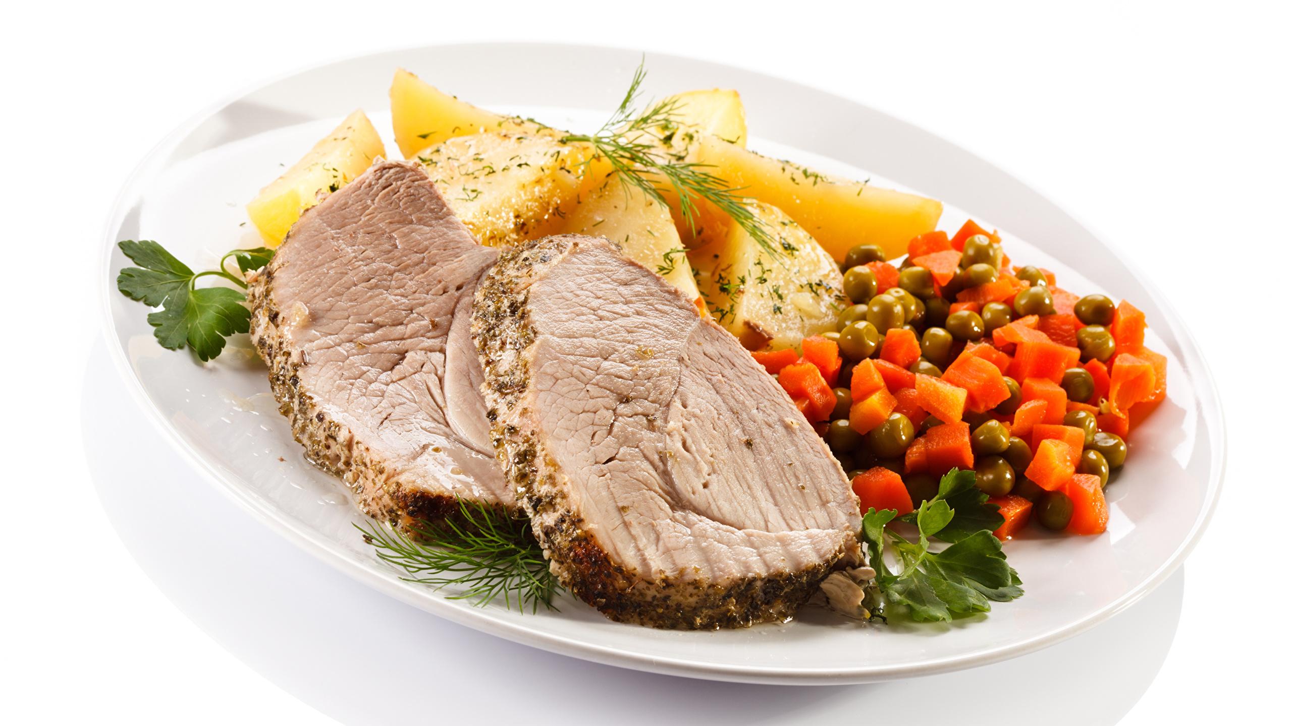 Фото Картофель Еда Овощи Тарелка белым фоном Мясные продукты Вторые блюда 2560x1440 картошка Пища тарелке Продукты питания Белый фон белом фоне