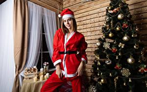 Фотографии Новый год Новогодняя ёлка Униформе Шар Шапки Улыбается Девушки