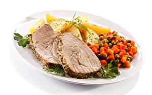 Фото Вторые блюда Картошка Мясные продукты Овощи Белом фоне Тарелке Еда