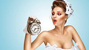Картинки Часы Будильник Цветной фон Шатенка Макияж Девушки