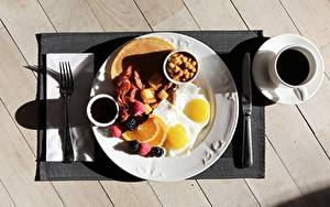 Фотография Кофе Ножик Завтрак Чашка Доски Тарелка Яичница Вилка столовая Пища