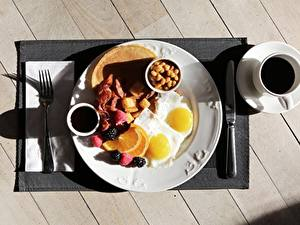 Фотография Кофе Ножик Завтрак Чашка Доски Тарелка Яичница Вилка столовая