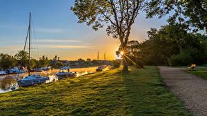 Фотография Англия Рассветы и закаты Речка Причалы Яхта Лучи света Трава Bournemouth Природа