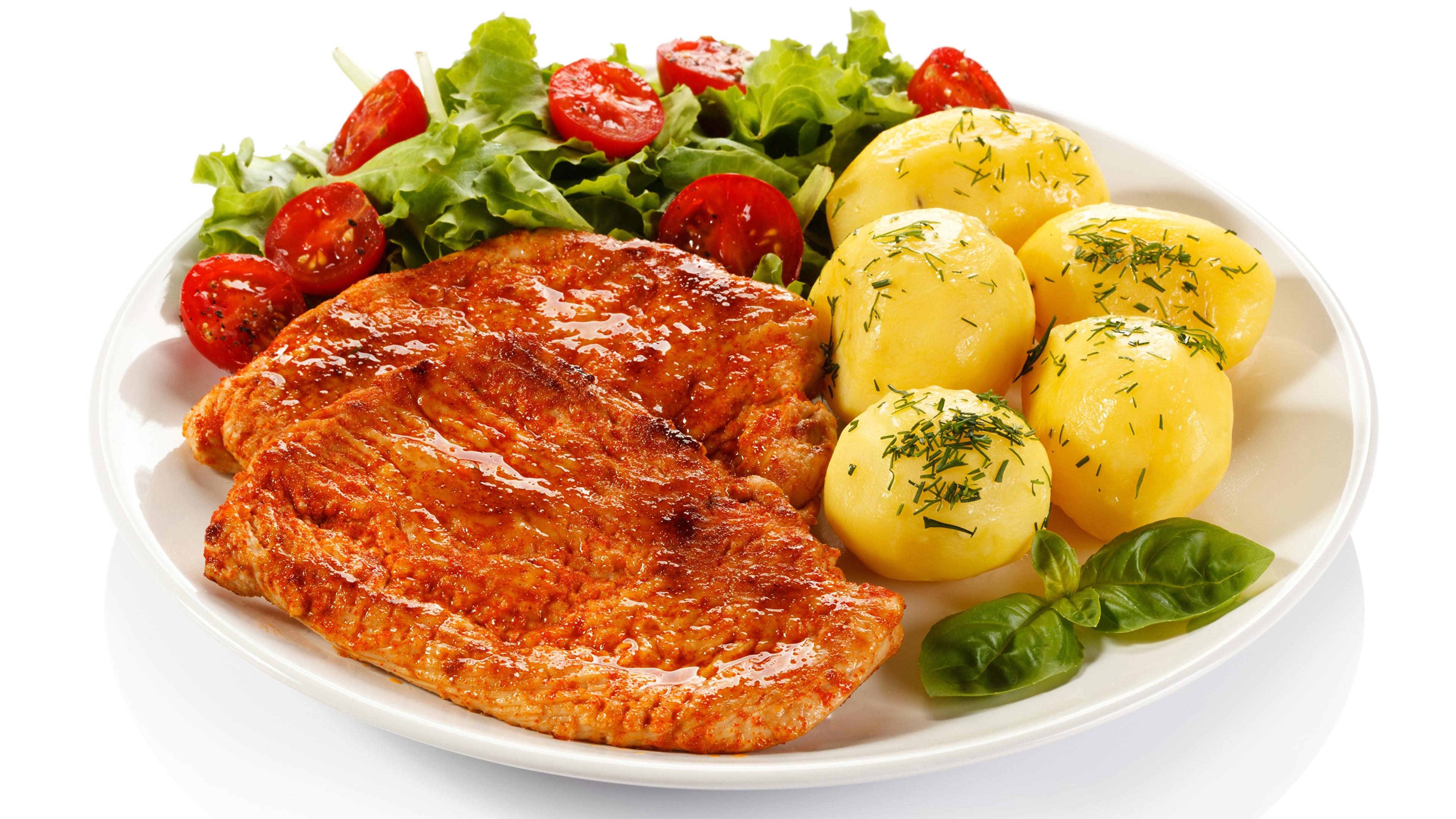Картинки Картофель Еда Овощи тарелке Белый фон Мясные продукты 3840x2160 картошка Пища Тарелка Продукты питания белом фоне белым фоном