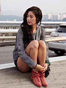 Фото Азиатки Брюнетка Сидит Смотрит Рука Ноги Девушки