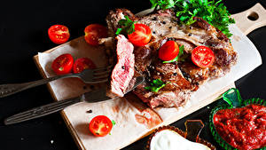 Картинки Мясные продукты Томаты Нож На черном фоне Разделочная доска Кетчуп Вилки Пища