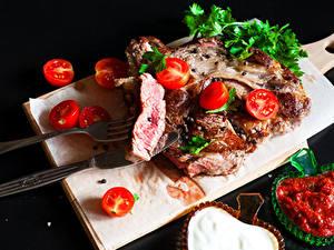 Картинки Мясные продукты Томаты Нож На черном фоне Разделочная доска Кетчуп Вилки
