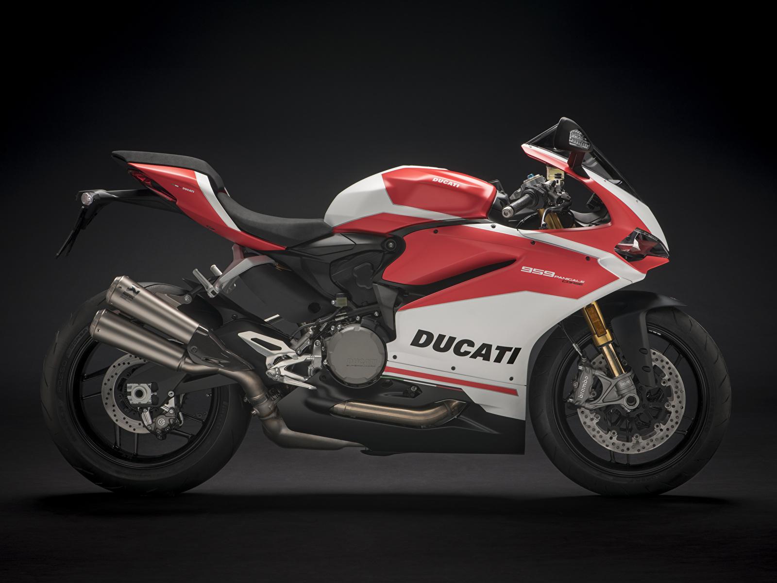 Фотография Дукати 2018 959 Panigale Corse Мотоциклы Сбоку на черном фоне 1600x1200 Ducati мотоцикл Черный фон