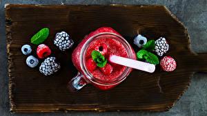 Картинки Напитки Сок Черника Малина Ежевика Разделочной доске Кружке Банке Пища