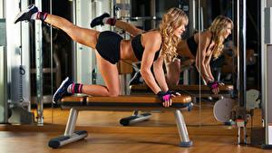 Фотографии Фитнес Блондинка Тренировка Ноги Зеркало молодые женщины Спорт