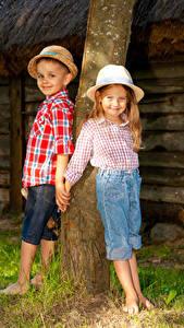 Фото Ствол дерева Девочки Мальчики Шляпа 2 Улыбка Ребёнок